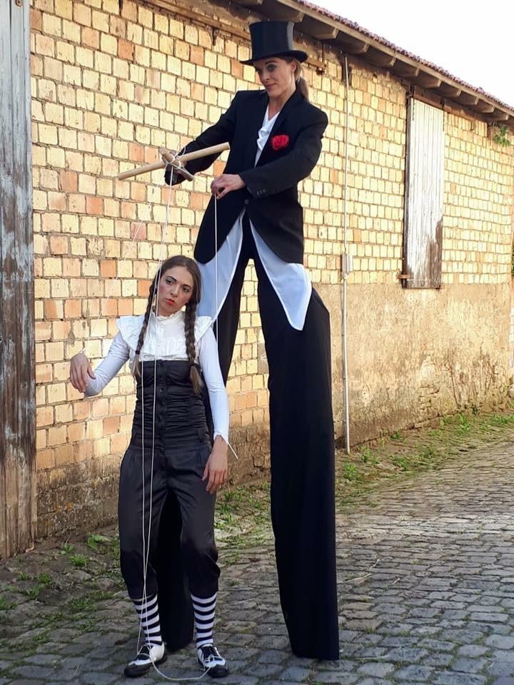 Stelzen Duo Die Marionette